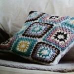 Virkad kudde av mormorsrutor