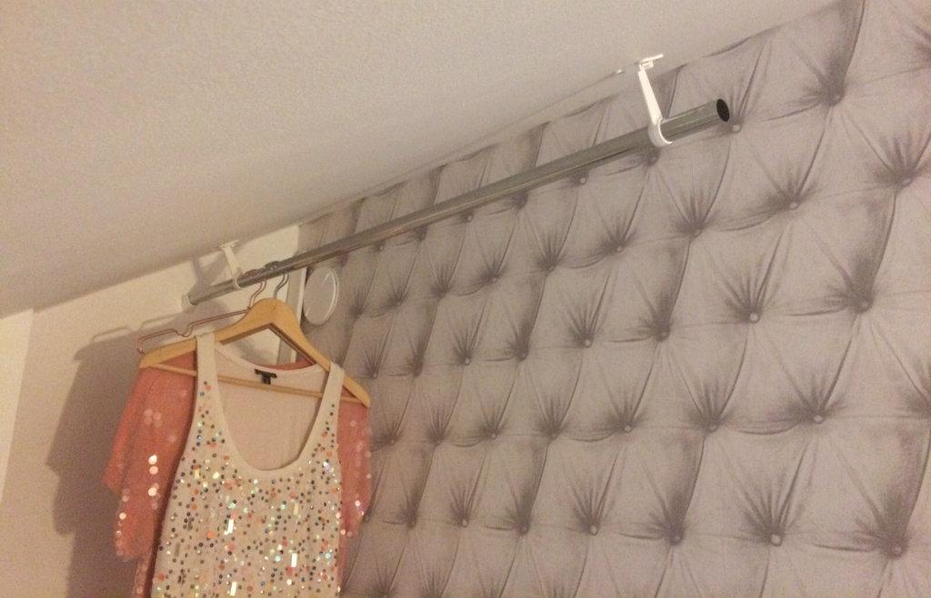 Bygg-walk-in-closet-klädkammare-under-snedtak-vindsvåning-elfa-klädstång